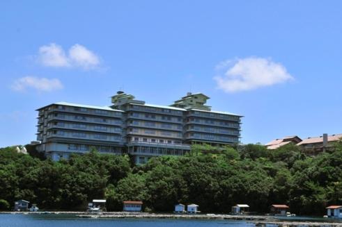 志摩観光ホテル外観 伊勢志摩国立公園の景勝地、賢島の高台にある、眺望に恵まれたリゾートホテル。昭和26年、戦後初の純様式ホテルとして開業以来、半世紀以上もの間、昭和天皇をはじめ国内外の数多の賓客をお迎えしてきました。作家・山崎豊子氏が小説「華麗なる一族」の冒頭で当ホテルから見渡す英虞湾の黄昏を描写されていることは有名です。