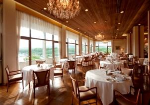 目の前に広がる穏やかな志摩の海を眺めながら、その海で獲れた伊勢海老や黒鮑をはじめとした新鮮な食材を、長年培った伝統のフランス料理でご堪能いただけます。店内は、開業当初から変わらぬクラシカルな雰囲気。近代日本の建築界を代表する一人、村野藤吾氏が自らデザインしたシャンデリアや、藤田嗣治の名画「野あそび」が、優雅な空間をさらに引き立てています。ここでしか味わえない至福のひとときを、心ゆくまでお楽しみいただけます。