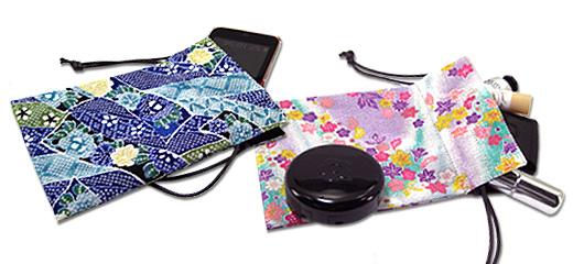 巾着ケースとスマートフォン/化粧品など