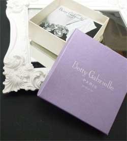 女性へのプレゼントに人気のアクセサリー Betty Gabrielle Paris