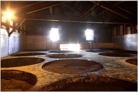 蔵人の経験と勘で造られる味噌